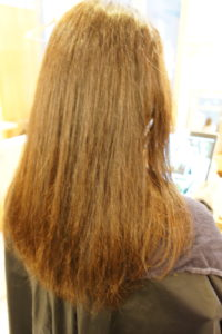 東京銀座くせ毛専門、トリートメントで縮毛矯正が取れた髪を直す